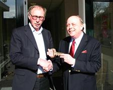 "Henk Kempink, rector Kennemer Lyceum en Benno Dinkelaar, Voorzitter oud-leerlingen vereniging Kennemer Lyceum ""Aelbertsberg & Elswout"""